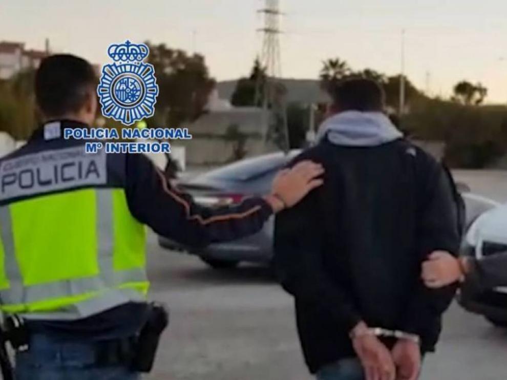 Uno de los buzos detenidos por la Policía Nacional.
