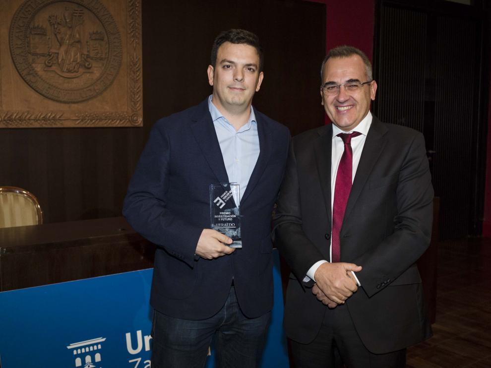 Alberto Jiménez junto a Luis Miguel García Vinuesa, vicerrector de Política Científica de la Universidad de Zaragoza.