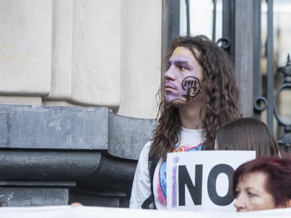 Un joven, durante una de las últimas concentraciones celebradas en Zaragoza contra las agresiones sexuales.