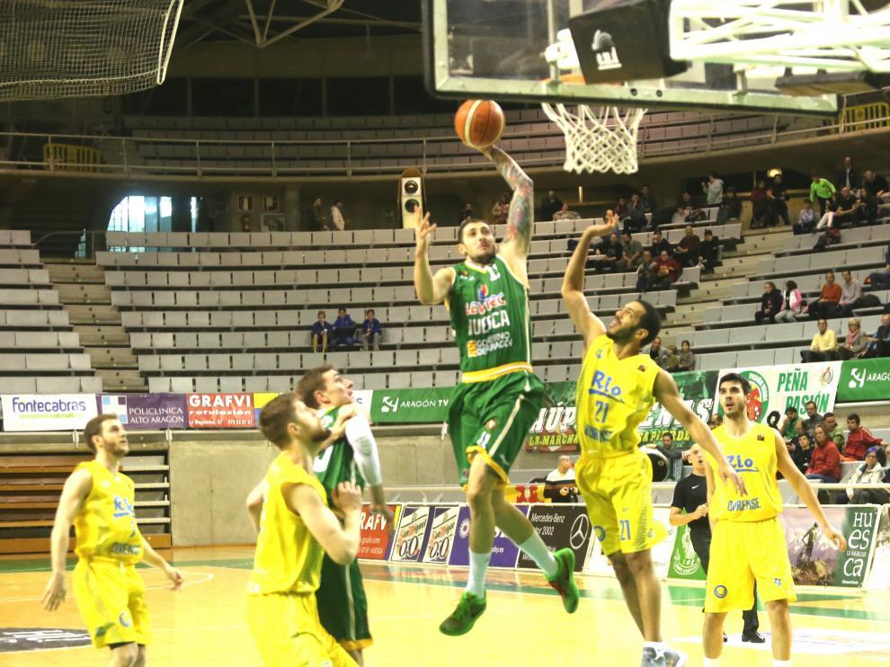 Gjuroski, del Levitec Huesca, ataca el aro rival.