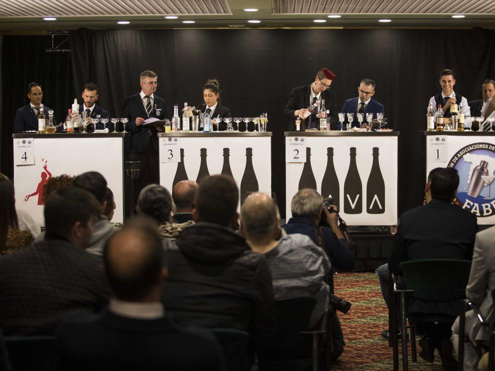 Cuatro de los 38 concursantes, compitiendo bajo la atenta mirada del jurado en el Campeonato de España de Coctelería.