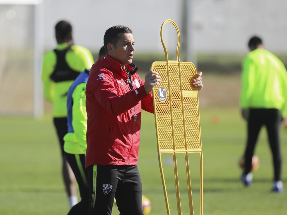 Francisco Rodríguez, entrenador de la SD Huesca, en un entrenamiento.