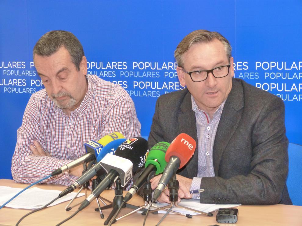 Pasqual Giménez, a la izquuierda, y Joaquín Juste, en la sede del PP.