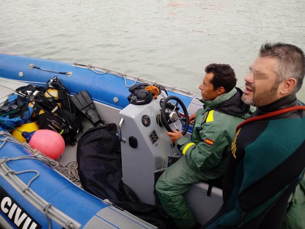 Fotografía facilitada por la Guardia Civil del traslado al puerto de Babate de uno de los cuerpos de uno de los últimos naufragios