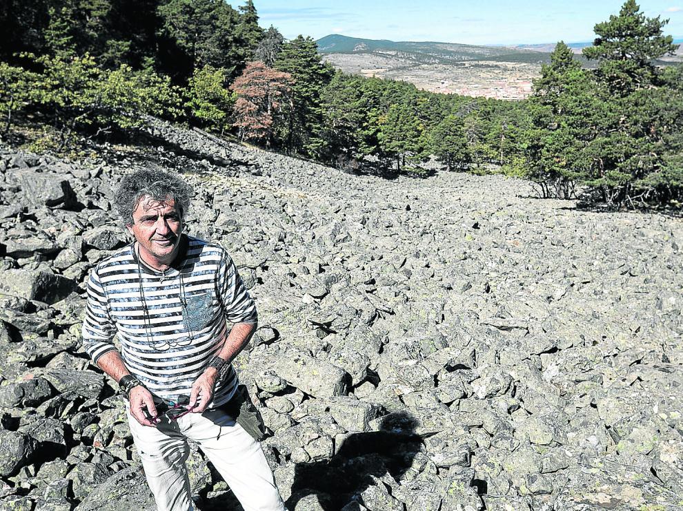 Agustín Montón, en uno de los ríos de piedra más espectaculares de Orihuela del Tremedal. l