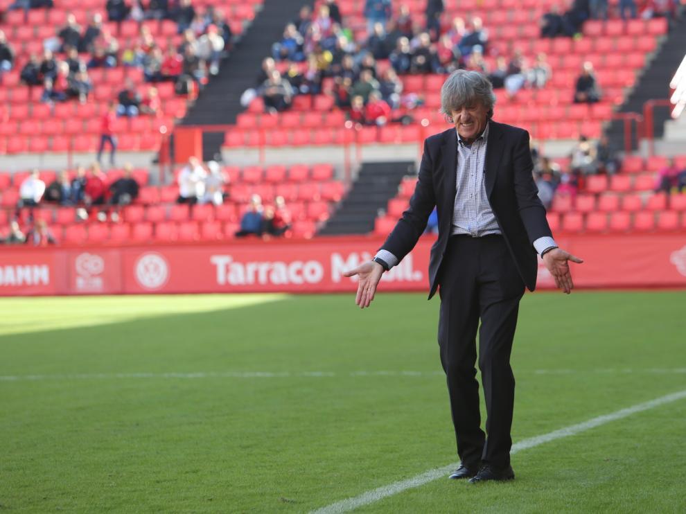 Enrique Martín se desespera en la banda, ya como entrenador del Nástic en el Nou Estadi.