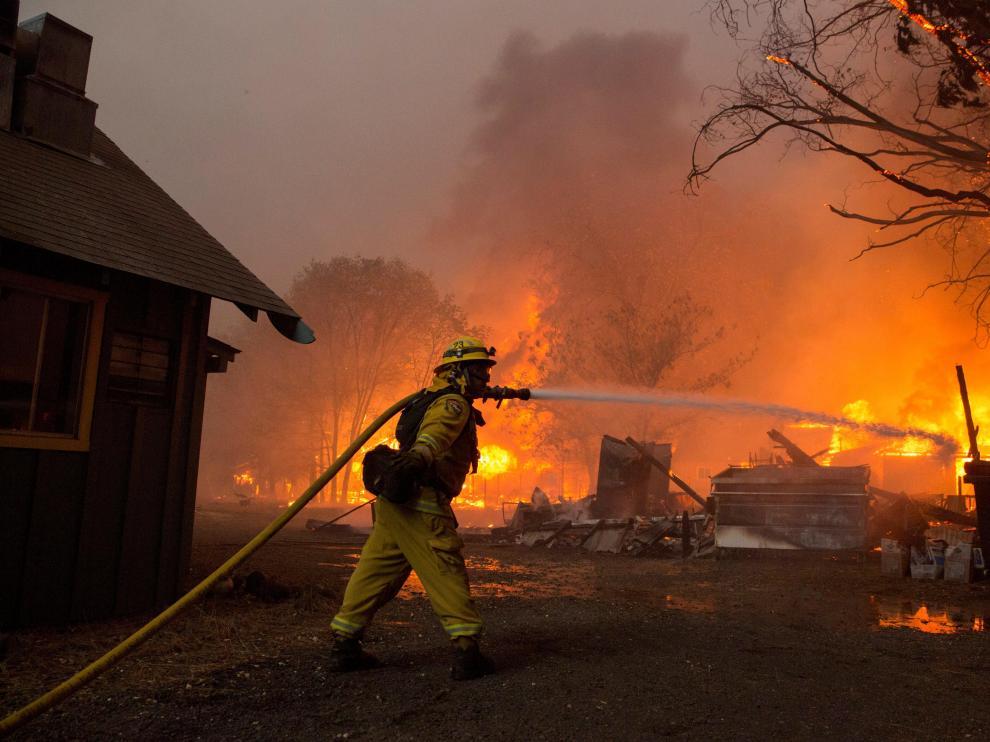 Un bombero trabaja para apagar el incendio en la localidad de Paradise (California).