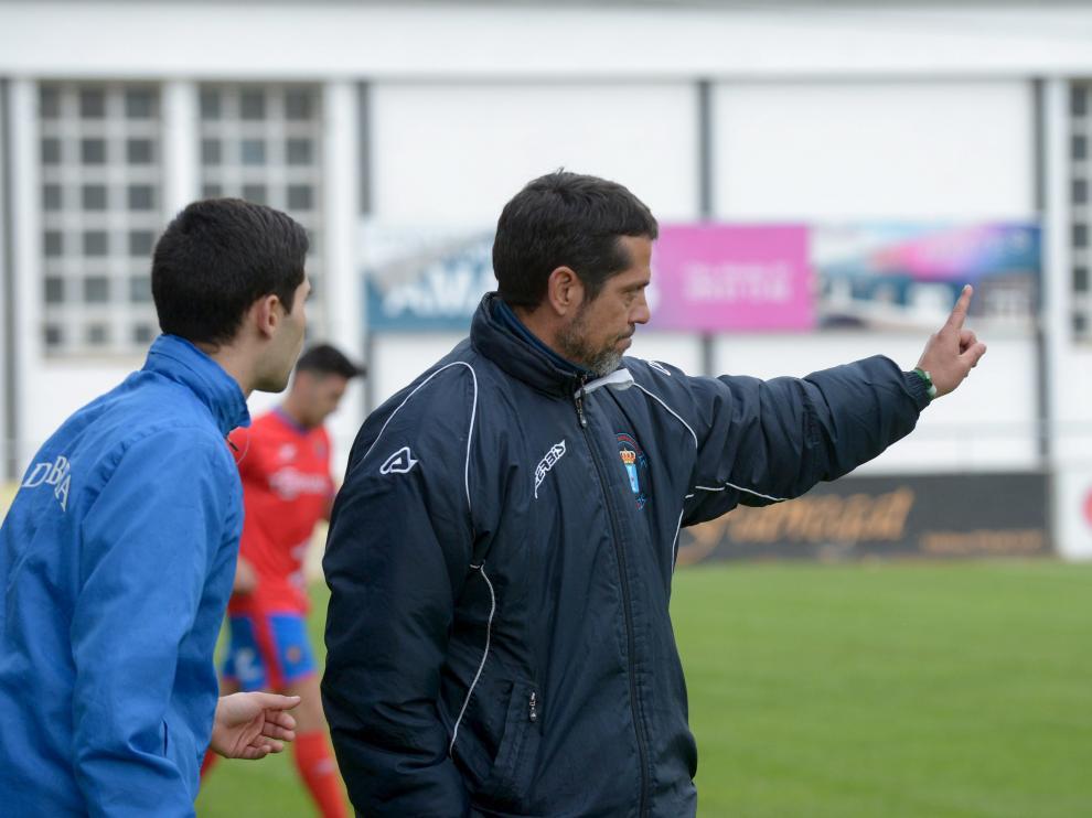 José Luis Rodríguez Loreto, técnico del Brea, dando instrucciones durante un partido.