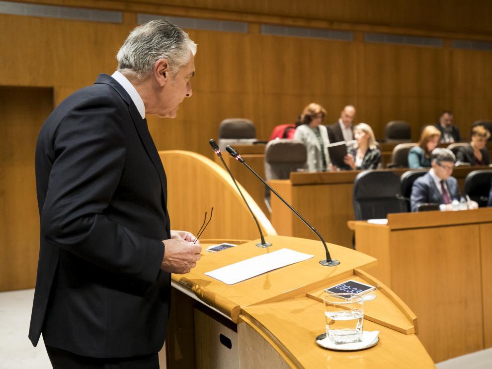 El diputado popular Antonio Suárez se dirige al consejero de Hacienda, este viernes, en el pleno de las Cortes.