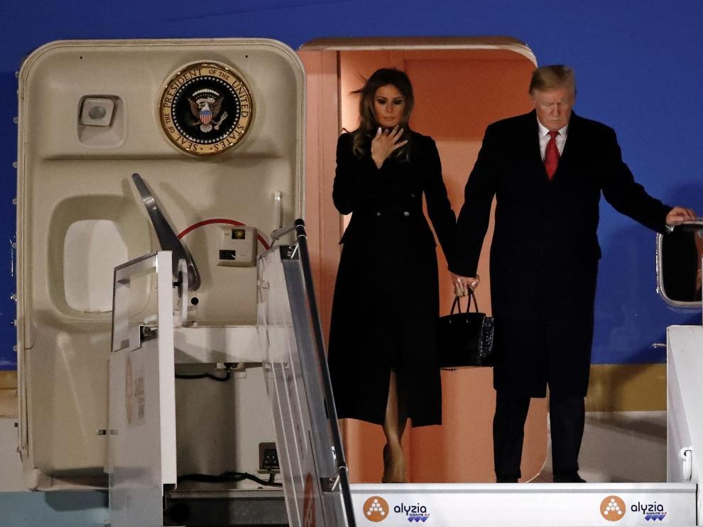El presidente estadounidense y la primera dama, Melania Trump desembarcaron del Air Force One en el aeropuerto de Orly donde fue recibido por el embajador de su país en Francia.