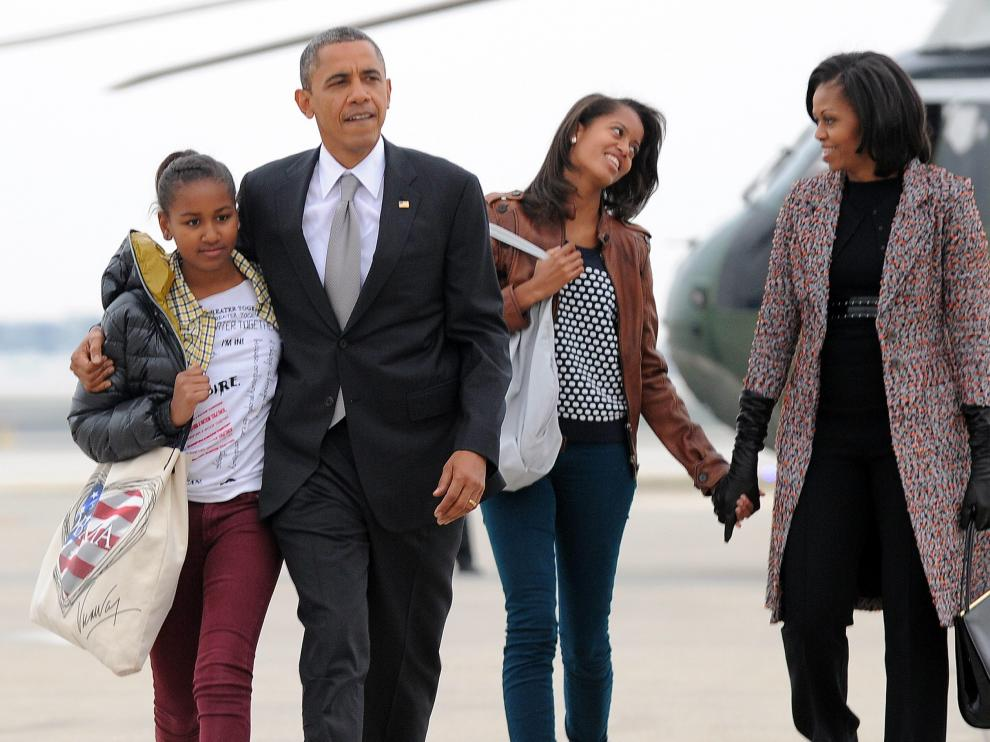 El matrimonio Obama, con sus hijas Malia y Sasha.
