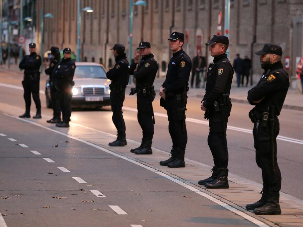 La Policía protege el centro social Luis Buñuel antes y durante la charla de la exgrapo