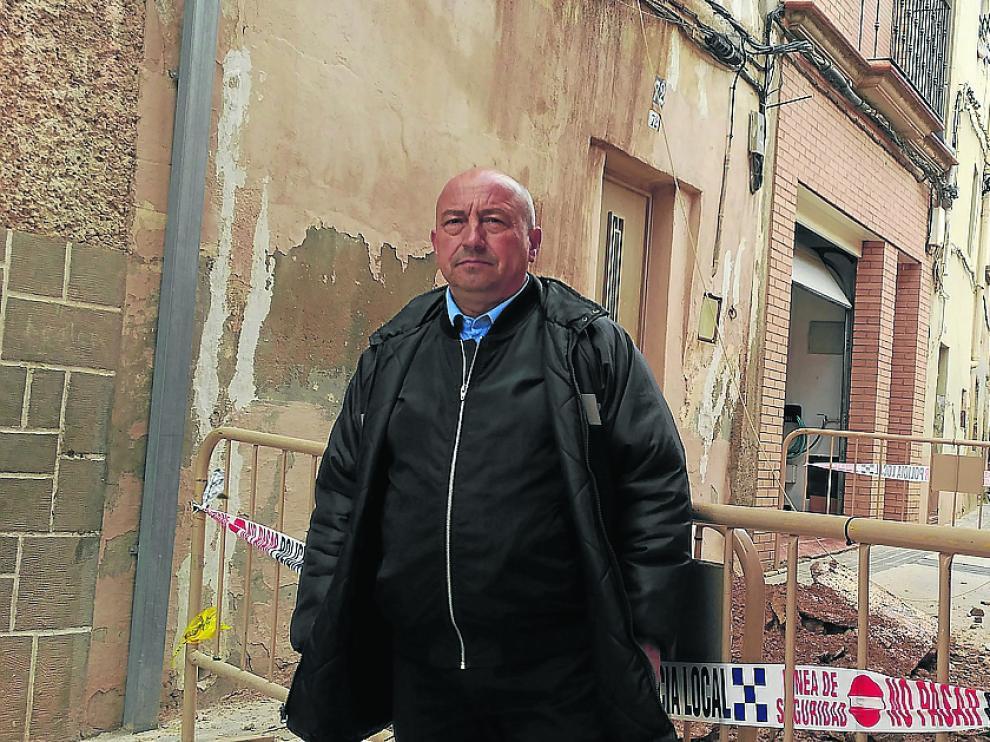 José Miguel Esteban, un vecino desalojado, delante del derrumbamiento de Alcañiz.