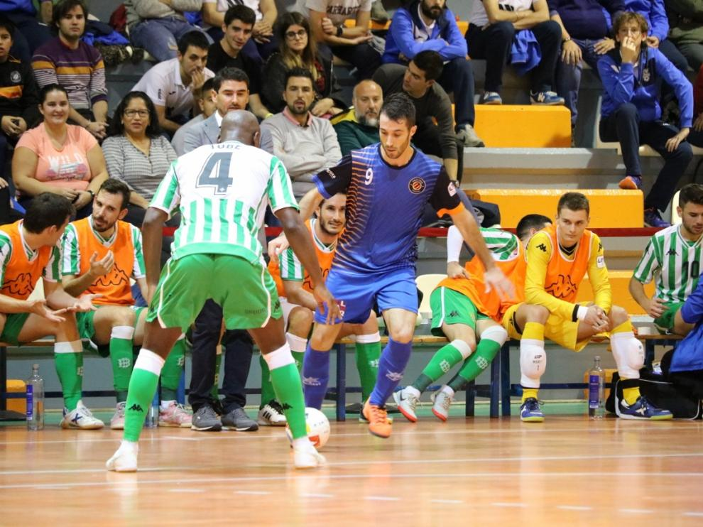 Un jugador del Colo Colo ante el Real Betis.