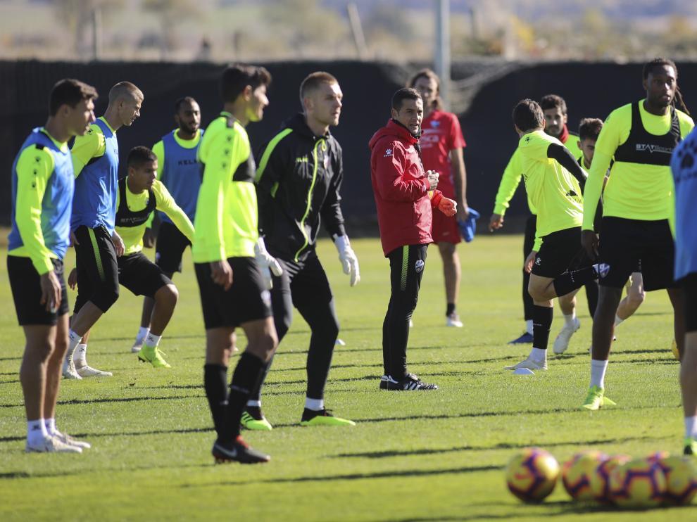 Francisco y sus futbolistas, durante el entrenamiento de este viernes en el Montearagón.