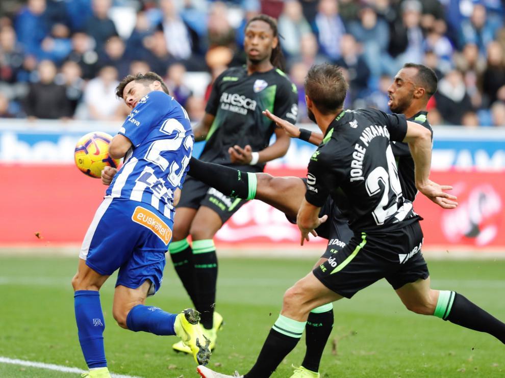 Semedo, al fondo, sigue la jugada del primer gol del Alavés.