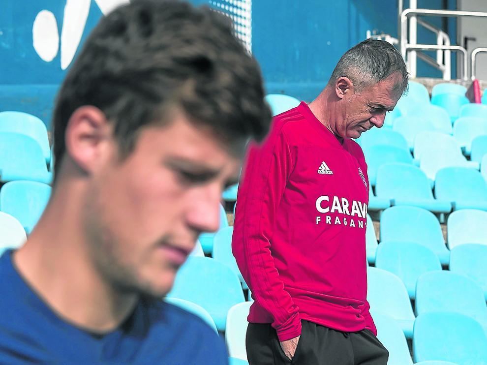 Lucas Alcaraz, ayer en La Romareda, con Marc Gual en primer término.