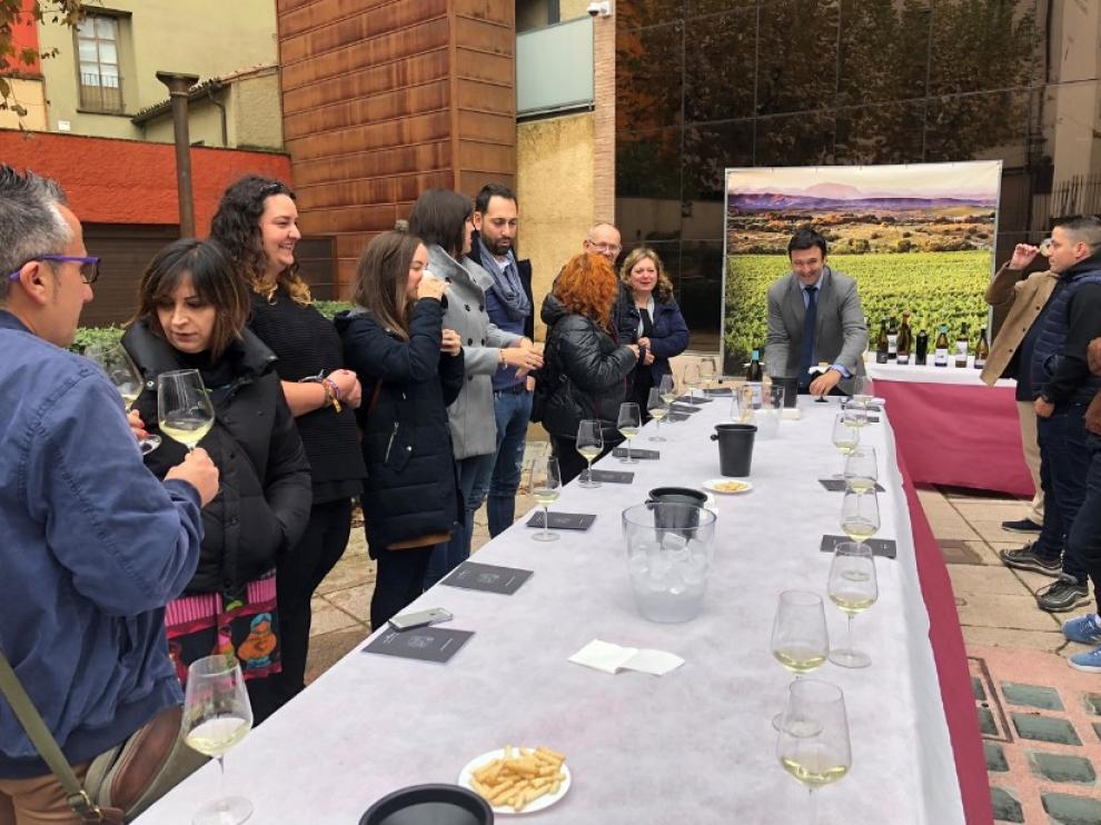 Celebración del Día Europeo del Enoturismo en Barbastro con varias actuaciones como el cuentacuentos de Sandra Araguas, la actuación de Kim Fasticks, degustaciones o catas de vino.