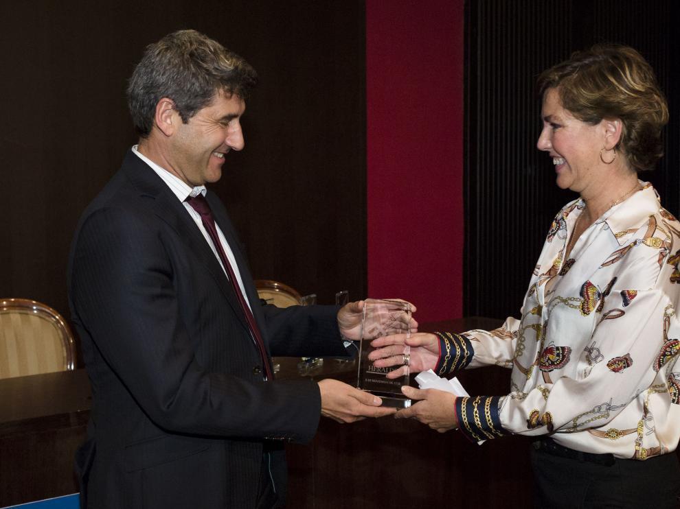 Ángel Fernández, director de Itainnova, entrega el premio a Susana Parra.
