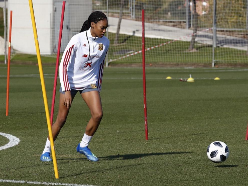 Salma Paralluelo, en un entrenamiento con la selección española sub 17.