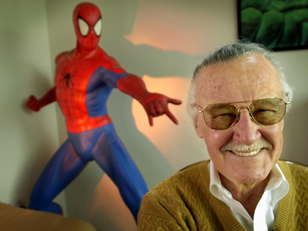 Stan Lee, con una escultura de Spiderman detrás.