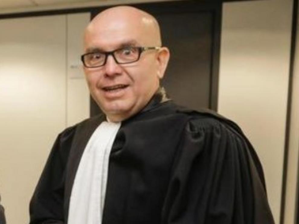 Abren un expediente a Gonzalo Boye, abogado de Sito Miñanco y Puigdemont, por fumar ante el tribunal