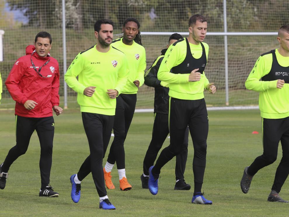 Francisco corre junto a un grupo de jugadores de la SD Huesca