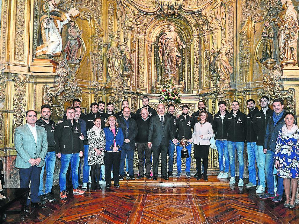 Jugadores, directivos del club y miembros del Ayuntamiento, ante la patrona de la ciudad.