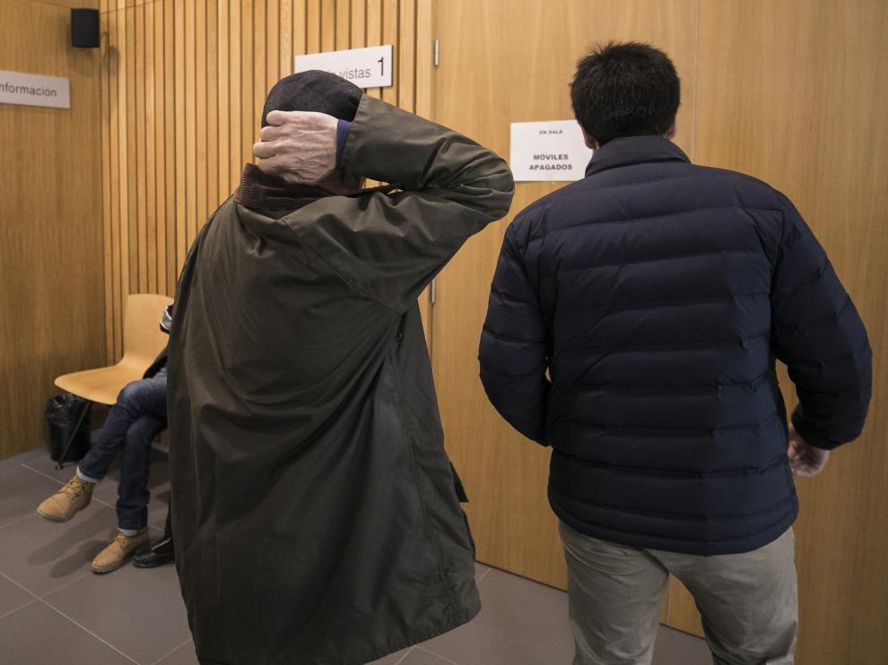 El acusado se cubre la cabeza con las manos antes de entrar en la sala de vistas.