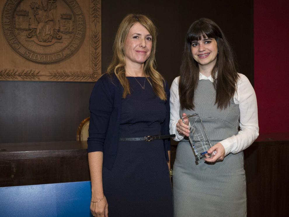 Recogió el premio Lucía Martínez de manos de Rosa Mauri, 'divisional communications manager' de Atlas Copco.