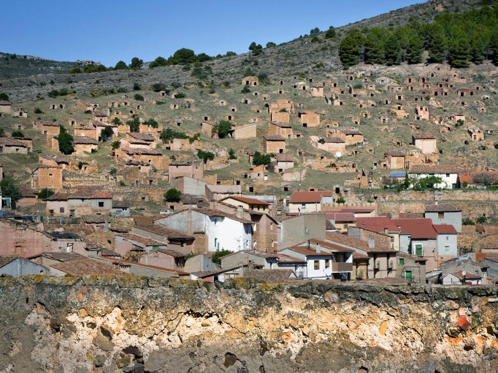 Vista de Torrijo de la Cañada, con las bodegas en ladera en la parte superior.