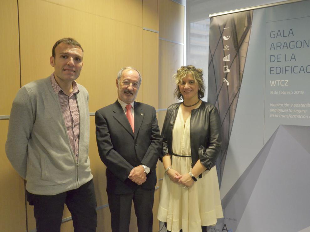Pablo Muñoz (Ayuntamiento de Zaragoza), Víctor Martos (COAATZ) y Teresa Andreu (Gobierno de Aragón).