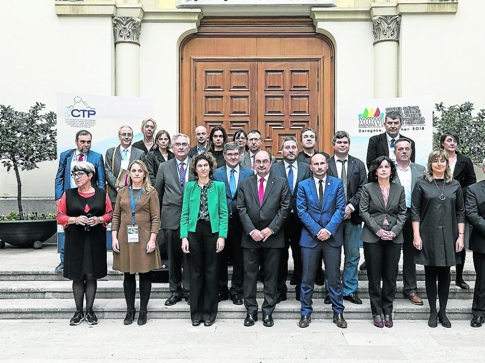 Los representantes de las seis regiones de España, Francia y Andorra, ayer en el Pignatelli.