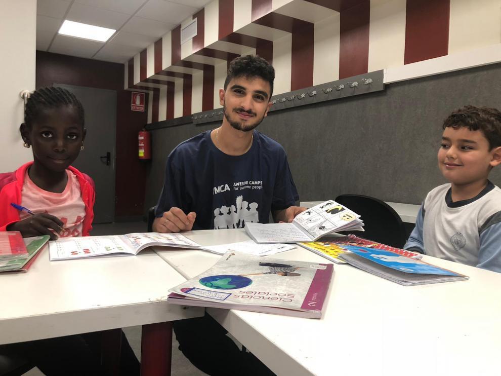 Slim Senbati (en el centro) en una clase de refuerzo escolar.