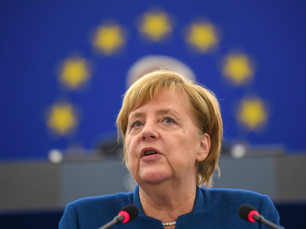 La canciller alemana, Angela Merkel, ofrece un discurso en el Parlamento Europeo en Estrasburgo.