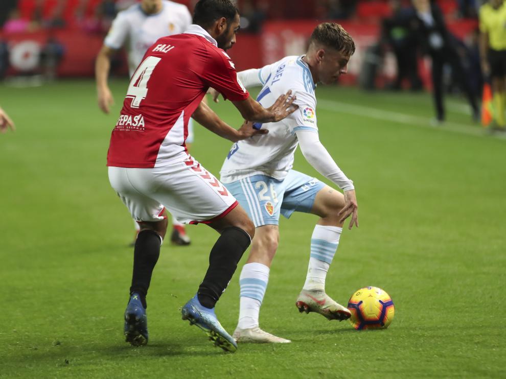 Pep Biel protege el balón en el partido ante el Nástic