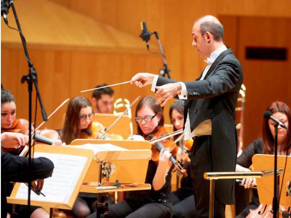 José Félix Tallada al frente de la orquesta del Teatro Lírico de Zaragoza.