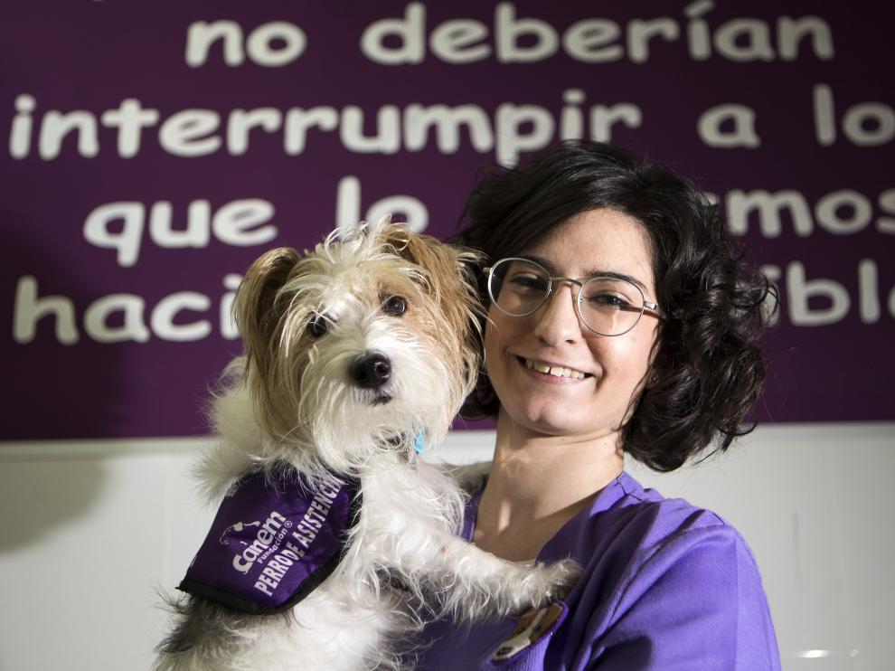 Lidia Nicuesa posa con Cini, su perra de alerta médica.