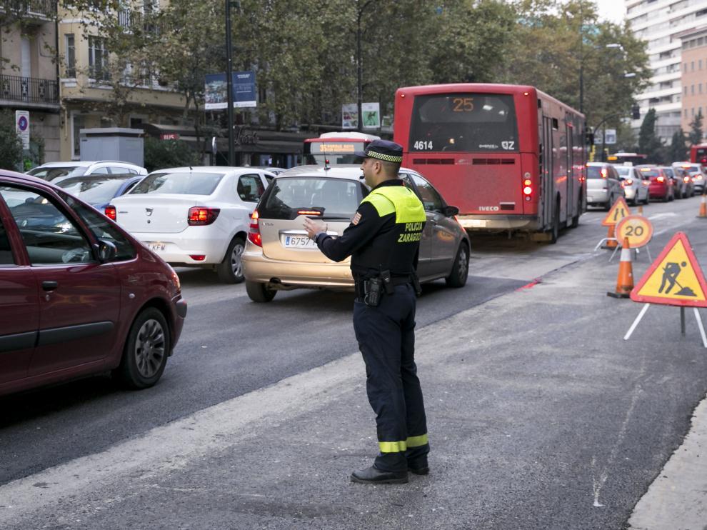 Un agente regula el tráfico este miércoles en el zaragozano paseo de Pamplona.