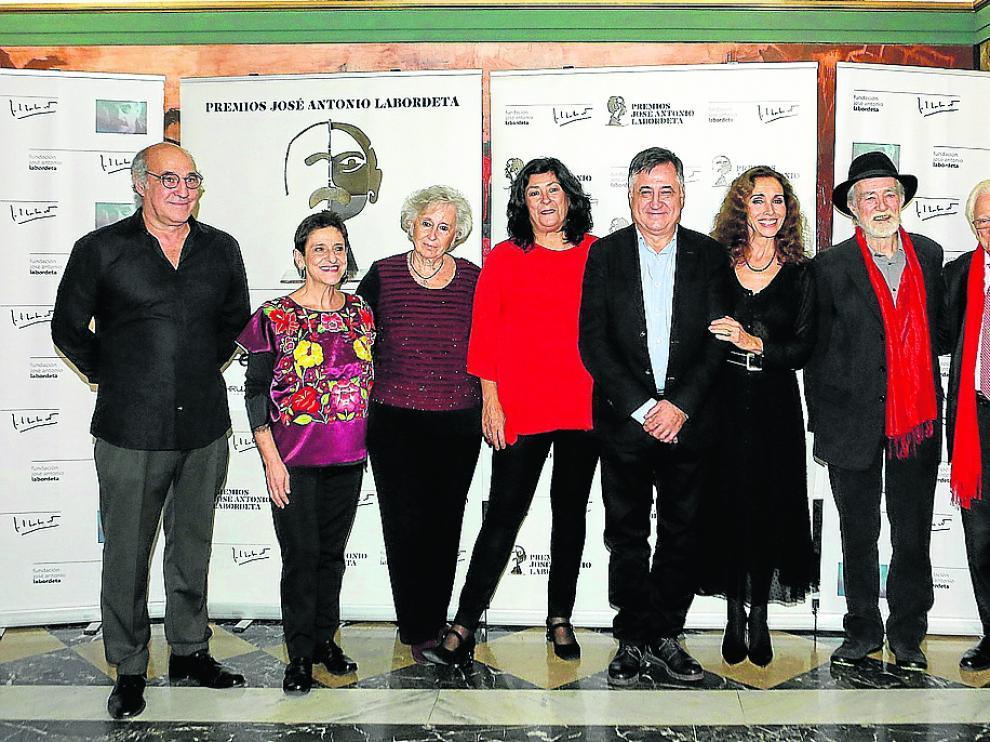 Paco Paricio, Pilar Amorós, Juana de Grandes, Almudena Grandes, Gervasio Sánchez, Ana Belén, Mariano Anós y el Padre Ángel, en el Teatro Principal, en los IV premios José Antonio Labordeta.