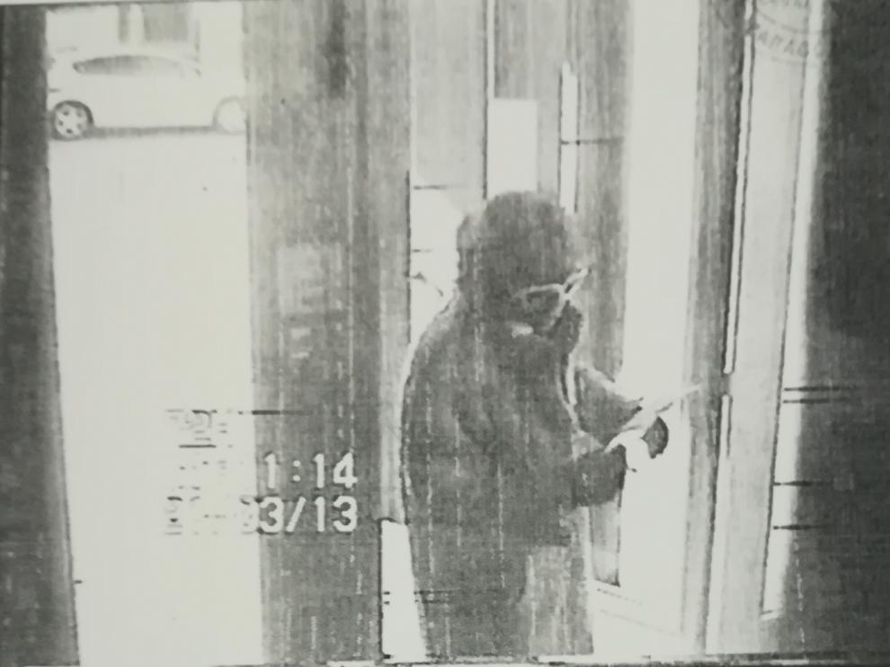 El atracador entró al banco disfrazado con una peluca de mujer, unas gafas de sol y un abrigo de leopardo.