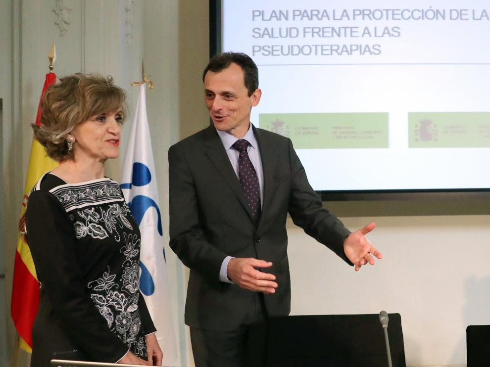 Los ministros de Sanidad, María Luisa Carcedo, y de Ciencia, Pedro Duque, durante la presentación del plan contra las peudociencias, este miércoles.