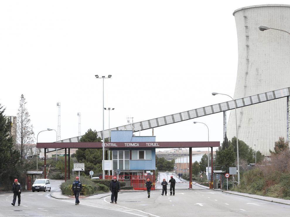 Salida de un turno de trabajadores de la central de Andorra.