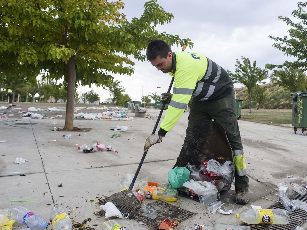 Un operario de FCC, durante las tareas de limpieza de Valdespartera desarrolladas las pasadas fiestas del Pilar.