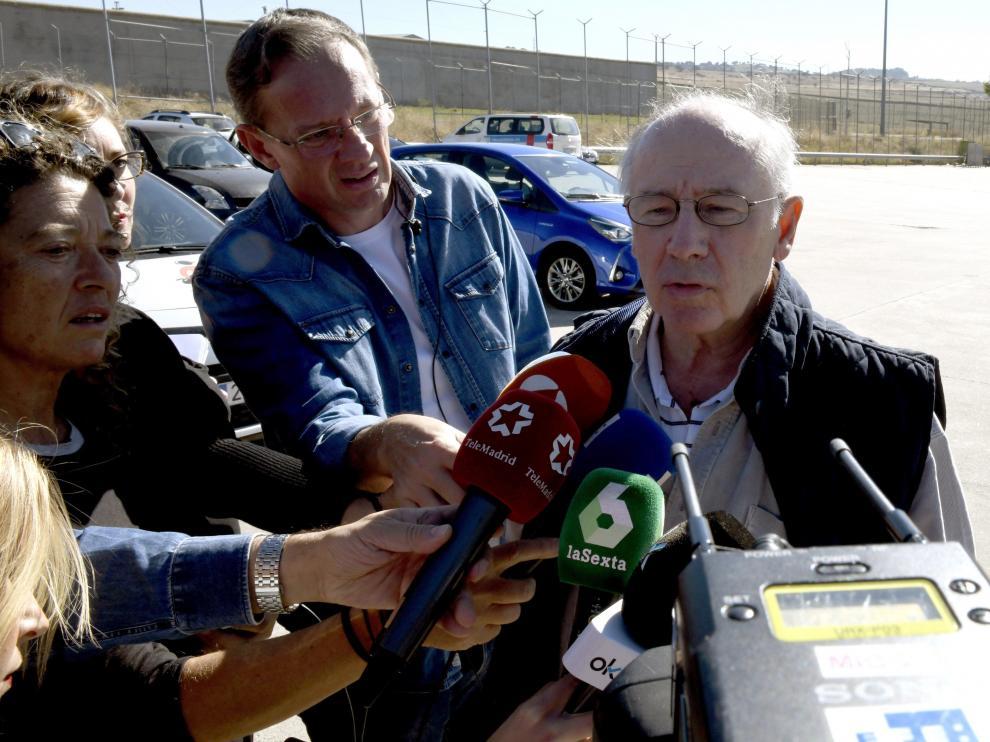 Rodrigo Rato, el pasado 25 de octubre, hace declaraciones antes de ingresar en prisión.