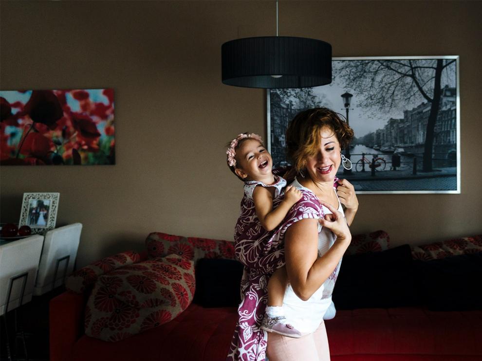 Alicia Orce, fundadora de 'Yo porteo, tú porteas' y del grupo 'Mamás canguras de Aragón', defiende los beneficios del porteo ergonómico. En la imagen, con su hija Sofía, que ahora tiene cuatro años.