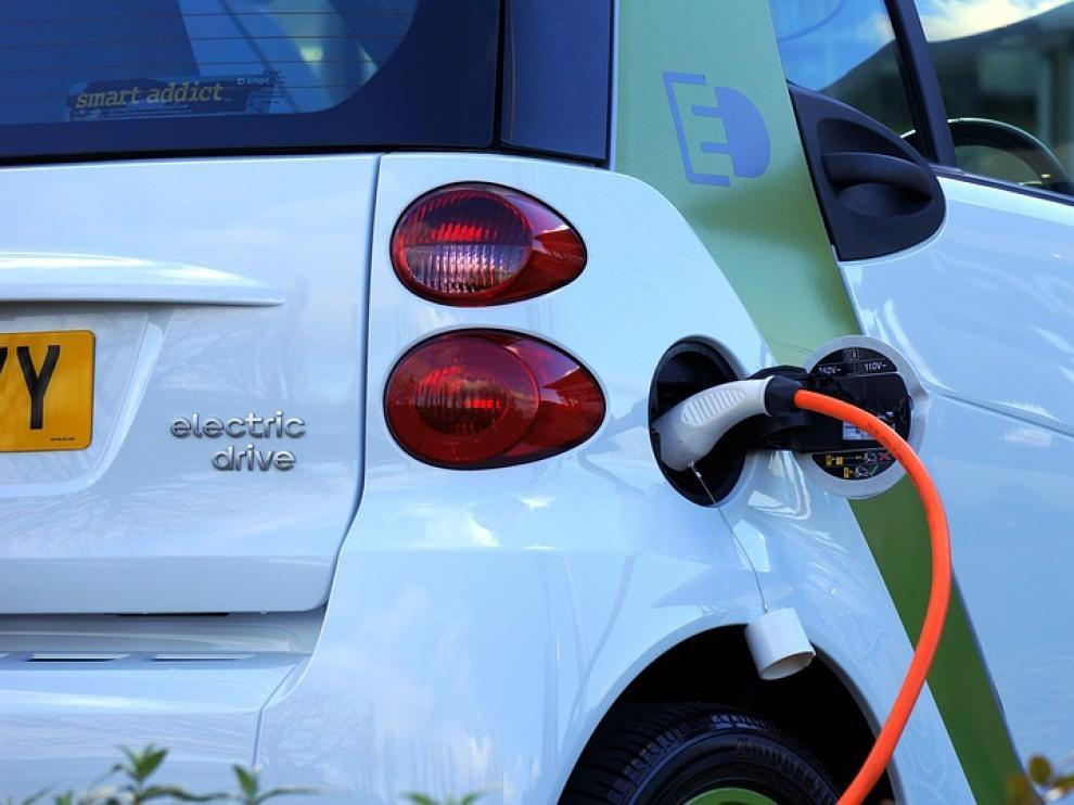 Un vehículo eléctrico durante la realización de su carga.