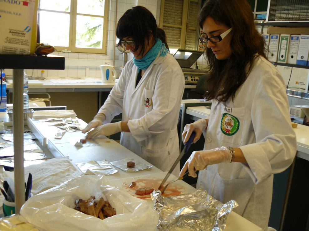 En la imagen, varias técnicas examinan carne de vacuno procedente de razas autóctonas del Pirineo.