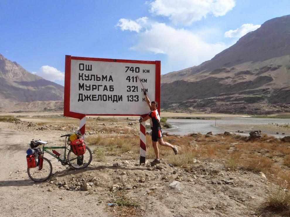 Andrés Abián, durante su viaje en bicicleta por Kirguistán.