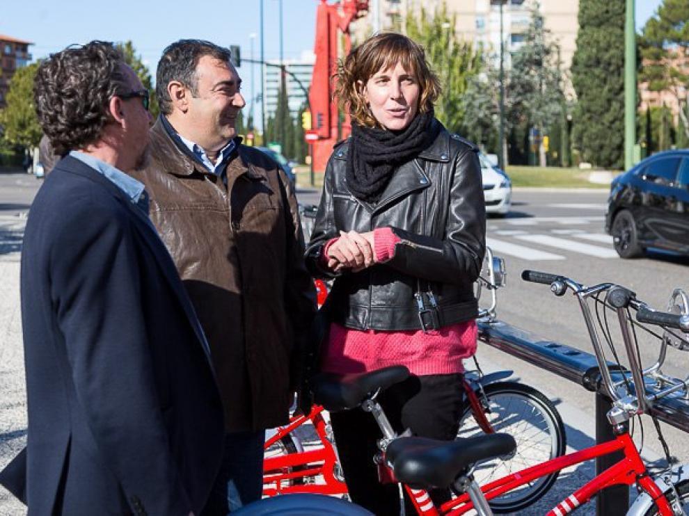 La concejala de Movilidad, Teresa Artigas, y el edil de Cs Alberto Casañal, con la primera estación de la ampliación que se colocó.